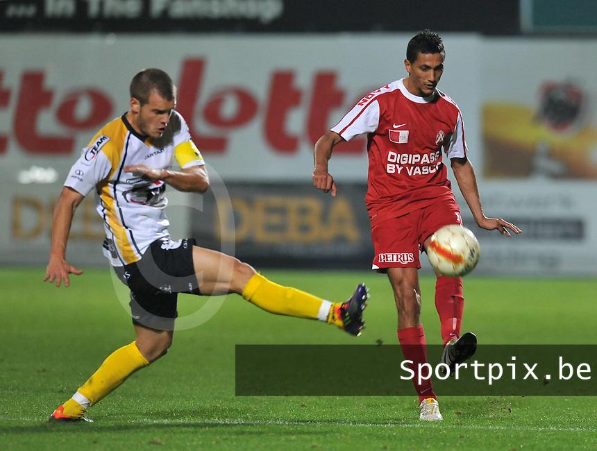 Sporting Lokeren - KV Kortrijk : Mustapha Oussalah aan de bal voor Killian Overmeire (links).foto VDB / BART VANDENBROUCKE