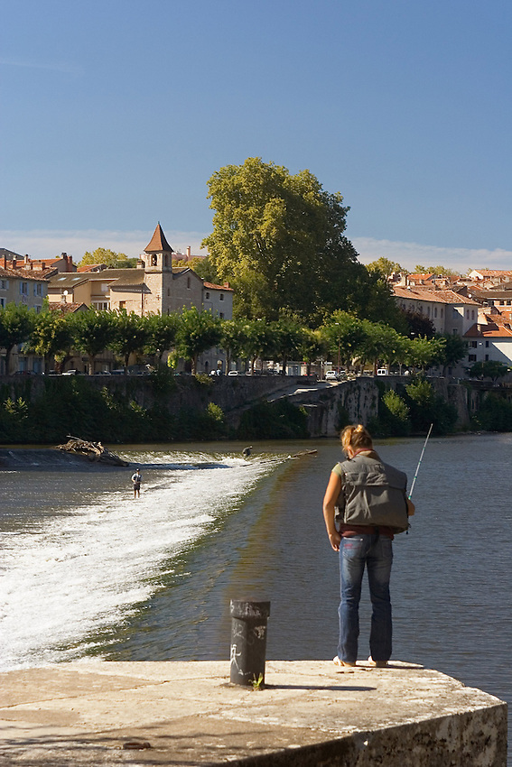 Peche au lancer dans la riviere le lot, a Cahors.<br /> Rod and reel fishing in the river the batch, has Cahors.