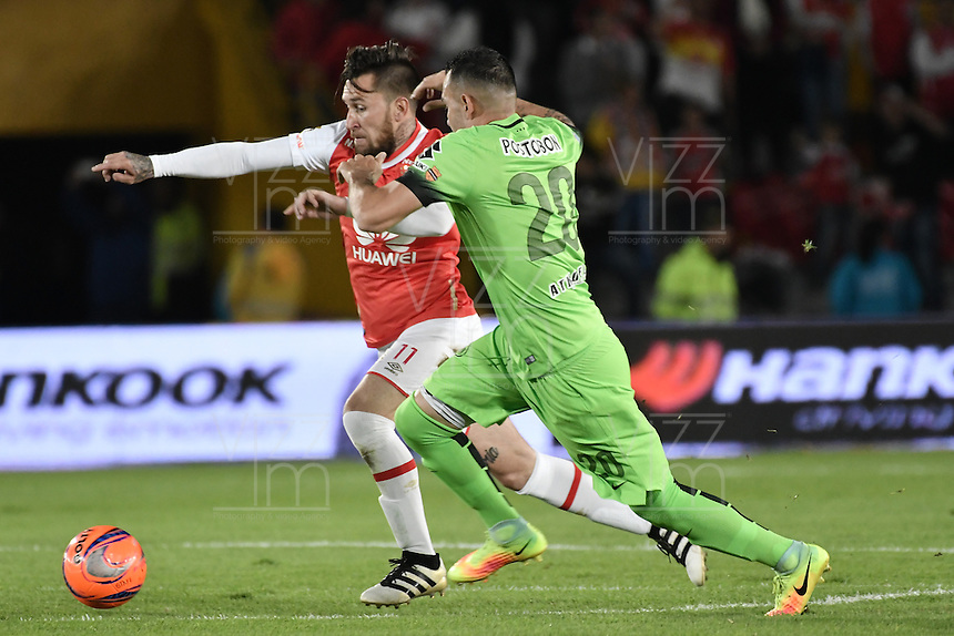 BOGOTÁ -COLOMBIA, 07-12-2016: Jonathan Gomez (Izq.) jugador de Santa Fe disputa el balón con Alejandro Bernal (Der.) jugador del Nacional durante el encuentro de ida entre Independiente Santa Fe y Atlético Nacional por la semifinal de la Liga Aguila II 2016 jugado en el estadio Nemesio Camacho El Campin de la ciudad de Bogota.  / Jonathan Gomez (L) player of Santa Fe struggles for the ball with Alejandro Bernal (R) player of Nacional during the first leg match between Independiente Santa Fe and Independiente Medellin for the semifinal of the Liga Aguila II 2016 played at the Nemesio Camacho El Campin Stadium in Bogota city. Photo: VizzorImage/ Gabriel Aponte / Staff