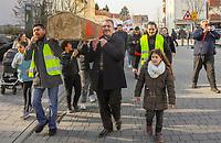 Demonstration der Anwohner und Sympathisanten vom Bahnhof Kelsterbach zum Rathaus für den Erhalt des Kiosk von Mehmet Karaüzüm (M.)  - 21.02.2019: Demonstration für den Erhalt des Kiosk an der Niederhölle in Kelsterbach