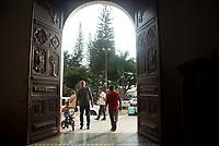 GINEBRA - COLOMBIA: 18-04-2018. Feligreses  durante el jueves santo en la población de Ginebra, Valle del Cauca, Colombia, de la semana santa para los cristianos. /  Parishioners during the holy thursday in  the town of Ginebra, Valle del Cauca, Colombia as part of Easter Week to the Christians.  Photo: VizzorImage / Gabriel Aponte / Staff