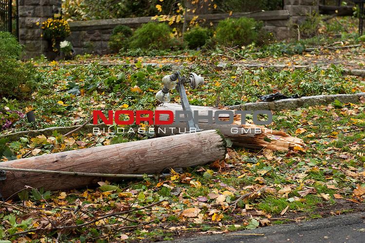 30.10.2012, NY, Irvington NY, Sturm Sandy  w&uuml;tet in den Staaten, - Ein kleiner Ort Names Irvington am Hudson River  (6000 Einwohner) in NY, etwa eine halbe Stunde ausserhalb von Mannhaften entfernt am Tag nach dem Sturm. Hier wo die Welt sonst noch in Ordnung ist, und viele Maler, Schauspieler und Juristen wohnen liegen die B&auml;ume noch auf den Strassen und kein Strom ist vorhanden<br /> <br /> <br /> Foto &copy; nph / Hilmer
