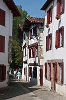 Europe/France/Aquitaine/64/Pyrénées-Atlantiques/Pays-Basque/Espelette: Rue et maisons du village