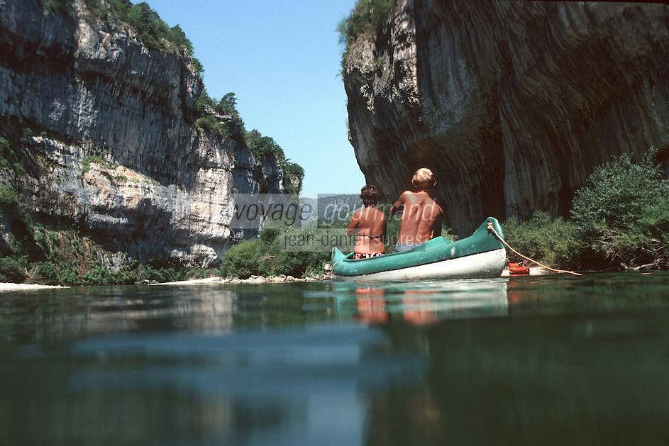Europe/France/Languedoc-Roussillon/48/Lozere/Gorges du Tarn: Couple en canoé dans les détroits