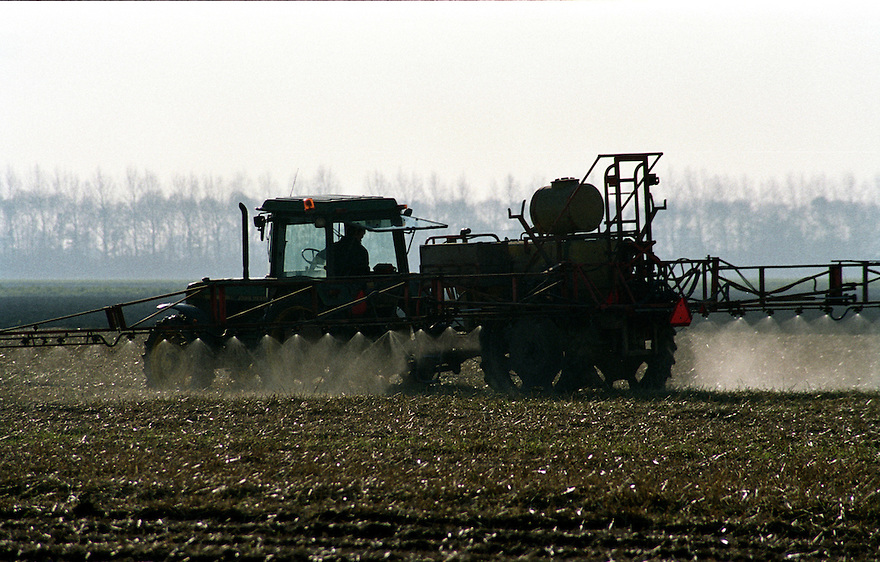 Boer spuit chemicalien op gewas.onkruidbestrijding, pesticiden.gifspuiten, spuiten, ..Foto (c) Michiel Wijnbergh