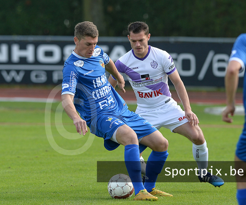 Knokke FC - SW Harelbeke : Simon Savaete (links) aan de bal voor Niels Deloof (r) <br /> Foto VDB / Bart Vandenbroucke