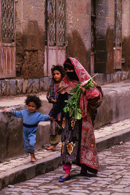 YEMEN, SANA'A, OLD TOWN, SOUK (MARKET), VEILED WOMAN WITH CHILDREN