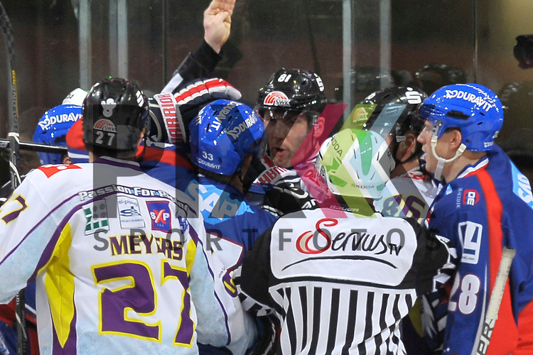 in der Bildmitte Mannheims Janik Jr. Douglas (Nr.33) gegen Krefelds Roland Verwey (Nr.81)  beim Spiel in der DEL, Adler Mannheim - Krefeld Pinguine.<br /> <br /> Foto &copy; Ice-Hockey-Picture-24 *** Foto ist honorarpflichtig! *** Auf Anfrage in hoeherer Qualitaet/Aufloesung. Belegexemplar erbeten. Veroeffentlichung ausschliesslich fuer journalistisch-publizistische Zwecke. For editorial use only.