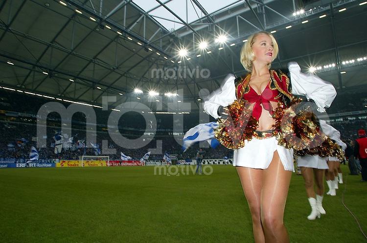 Die Cheerleader Pyromaniacs von Rhein Fire in der Arena auf Schalke