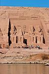 Taillé a même la falaise au XIII e siecle avant J.C., les grands temples d'Abou Simbel ont ete demonte et remonte  dans les annees 60 par l'Unesco pour les proteger de la montee des eaux du lac Nasser