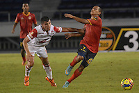 BARRANQUIILLA -COLOMBIA-03-07-2013. Michael David Barrios (Der) de Uniauntónoma disputa el balón con Juan D Roa (Izq) de Independiente en partido por la fecha 16 de la Liga Postobón II 2014 jugado en el estadio Metropolitano de la ciudad de Barranquilla./ Michael David Barrios (R) player of Uniautonoma fights for the ball with Juan D Roa (L) player of Independiente Santa Fe during match valid for the 16th date of the Postobon League II 2014 played at Metropolitano stadium in Barranquilla city.  Photo: VizzorImage/Alfonso Cervantes/STR