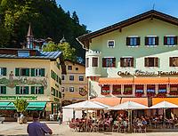 Deutschland, Bayern, Berchtesgadener Land, Berchtesgaden: Ortszentrum mit Café Forstner am Weihnachtsschuetzenplatz   Germany, Bavaria, Berchtesgadener Land, Berchtesgaden: Town centre with Café Forstner