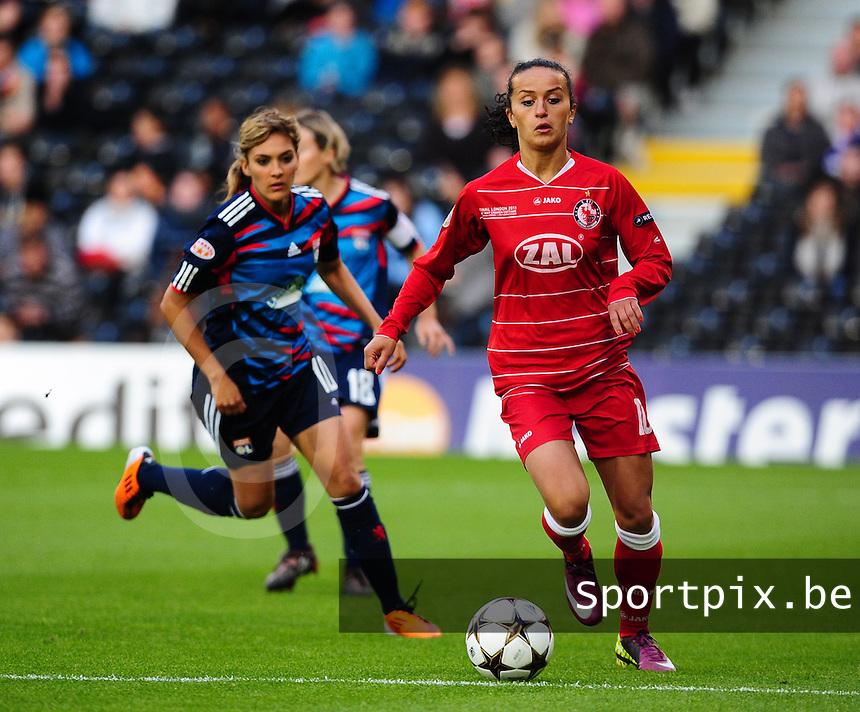 Uefa Women 's Champions League Final 2011 at Craven Cottage Fulham - London : Olympique Lyon - Turbine Potsdam : Fatmire Bajramaj aan de bal voor Louisa Necib .foto DAVID CATRY / JOKE VUYLSTEKE / Vrouwenteam.be.
