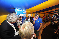 SKÛTSJESILEN: GROU: 17-07-2015, Traditionele loting voor de wedstrijden bij De Veenhoop en Earnewâld, Siete Ezn. Meeter (Leeuwarden) trekt zijn lootje nummer dertien voor De Veenhoop, ©foto Martin de Jong