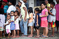 Distribution de soupe au riz à l'entrée de l'astrodrôme. Angelime, 6 ans est la fille de Monic (6ème en partant de la gauche. Tacloban, Novembre 2013. VIRGINIE NGUYEN HOANG