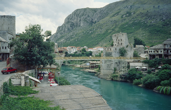 Die Stari Most in Mostar wurde nach ihrer Zerstörung im bosnischen Bürgerkrieg mit Hilfe eines internationalen Konsortiums orginalgetreu wieder aufgebaut. Hier eine Aufnahme von 1998, im Vordergrund die Behelfsbrücke, die vom bosnischen in den kroatischen Teil führt. / After being destroyed in the Bosnian civil war, the Stari Most in Mostar was rebuilt  with the help of an international consortium. The picture dates from 1998. In the forefront, it shows the temporary bridge which leads from the Bosnian to the Croatian part of the town.