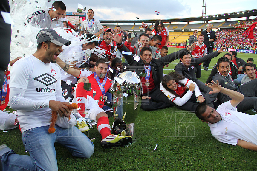 BOGOTA-COLOMBIA- 27 01-2013. Jugadores de Independiente Santa Fe celebran después de ganar la final de la SuperLiga de Campeones en partido contra Millonarios en el estadio Nemesio Camacho, El Campin,  en la ciudad de Bogota./ Players of Santa Fe celebrate after winning the final match againstMillonarios as part of the final of the Champions SuperLeague at the Estadio Nemesio Camacho in Bogota, Colombia. Photo: VizzorImage / Felipe Caicedo /STAFF