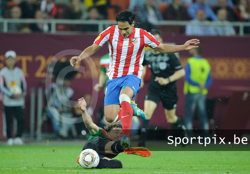 Uefa Europa League Final Bucharest 2012 : Wednesday 9 May 2012 - National Arena Bucharest : Club Atletico de Madrid - Athletic Club Bilbao.Falcao ontwijkt de tackle van een Bilbao-speler Fernando Amorebieta.foto DAVID CATRY