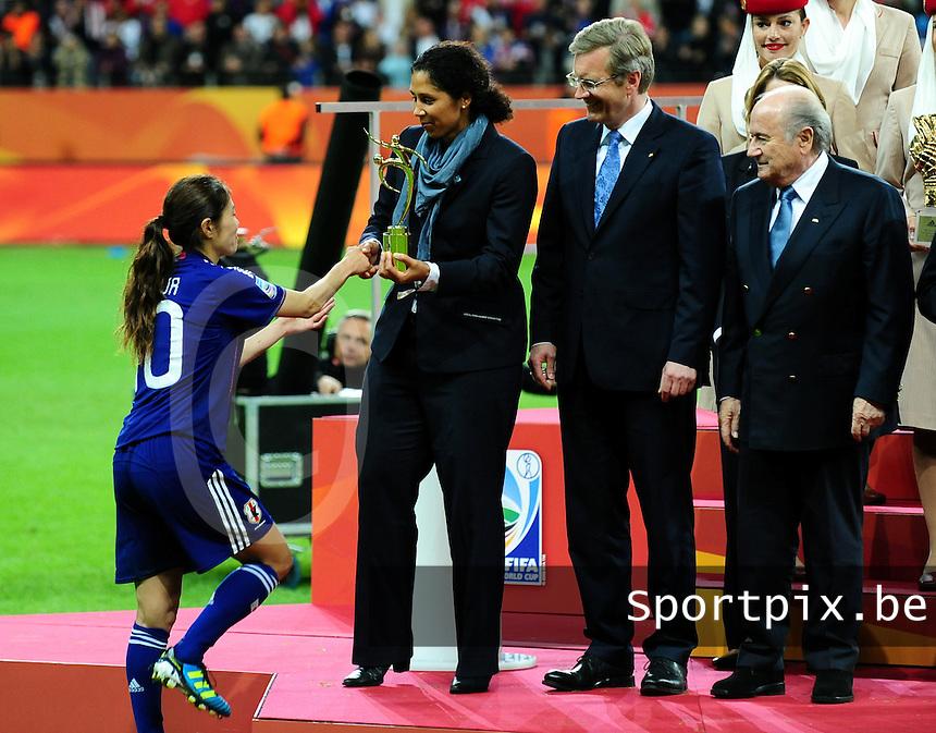 Fifa Women's World Cup Germany 2011 : Japan - USA  at Commerzbank Arena Frankfurt : Homare Sawa komt de fairplay trofee halen uit handen van Steffi Jones.foto DAVID CATRY / Vrouwenteam.be