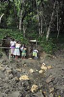 Messico, Chiapas, emiliano zapata.Novembre 2010.Comunità Zapatista.Raccolta di acqua al fiume