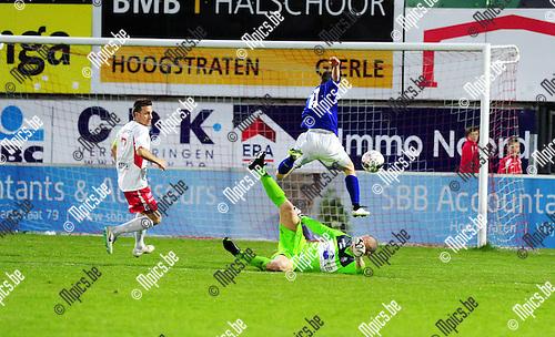 2015-04-25 / Voetbal / seizoen 2014-2015 / Hoogstraten VV - KV Turnhout / Doelman Ben Van Bael (Hoogstraten) kan Yannis Haneveer van een doelpunt houden.<br /><br />Foto: Mpics.be