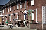 YPENBURG - In Ypenburgse woonwijk De Caaien is Dura Vermeer Bouw Leidschendam bezig met de bouw van de PCS Hybride woningen van Nederland. Alle 365 hybride eengezinswoningen en appartementen zijn uitgerust met een warmtepompinstallatie en een CO2-gestuurd ventilatiesysteem. Door in de zomer te koelen met koud water uit de grond, en in de winter te verwarmen met relatief warm bodemwater,  wordt een laag energieverbruik verwacht en zal de CO2-uitstoot per woning waarschijnlijk veertig procent lager liggen. Een modern klimaatsysteem met sensors in het plafond zal de ventilatoren aansturen zodat alle kamers altijd even fris zullen zijn. COPYRIGHT TON BORSBOOM