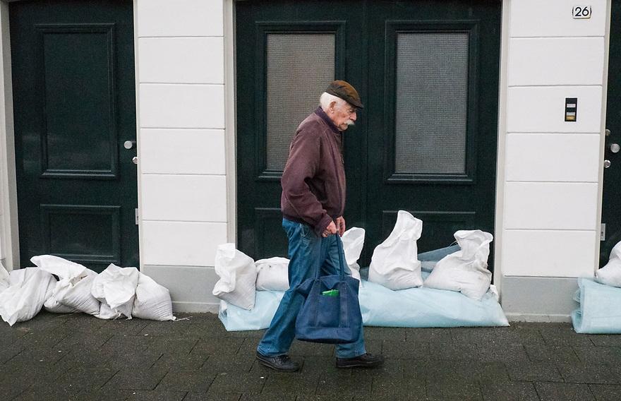 Nederland, Dordrecht, 6 dec 2013<br /> In het oude stadsdeel van Dordrecht is last van wateroverlast door harde wind en springvloed. Er zijn zandzakken uitgedeeld.<br /> Foto: Michiel Wijnbergh
