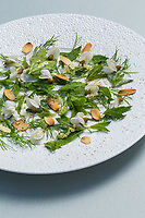 France, Paris (75), Les aliments anti-cancer de Richard Béliveau cuisinés par  Alain Passard, restaurant trois étoiles L'Arpège  - Salade d'herbes et fleurs de printemps aux amandes grillées  //  France, Paris, Richard Béliveau , anti-cancer foods cooked  by Alain Passard, three-star restaurant L'Arpège   - Herbs salad and spring flowers with toasted almonds