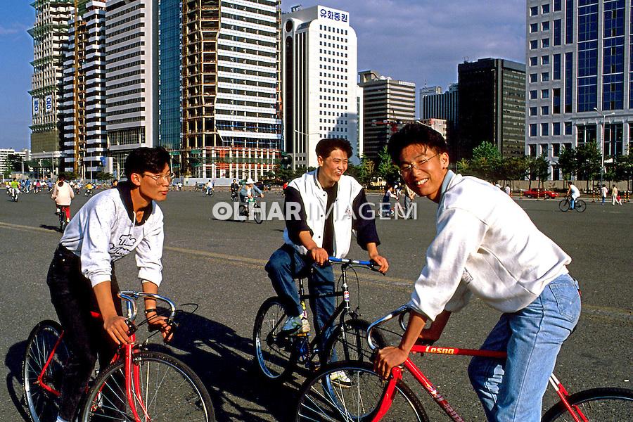 Jovens de bicicleta em Seul. Coréia do Sul. 1999. Foto de Ricardo Azoury.