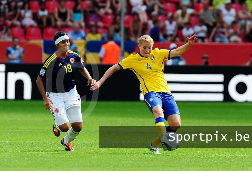 Fifa Women's World Cup Germany 2011 : Colombia - Sweden at Bayarena Leverkusen : Annica Svensson aan de bal voor Katerin Castro.foto DAVID CATRY / Vrouwenteam.be