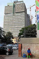 ANGOLA Luanda, the capital is one of the expensive real estate markets worldwide, construction site of new office tower in the center, financed from crude oil revenues / ANGOLA Luanda, die Hauptstadt ist einer der teuersten Immobilienplaetze weltweit, Bau neuer Buerotower finanziert durch den Erdoelreichtum Angolas