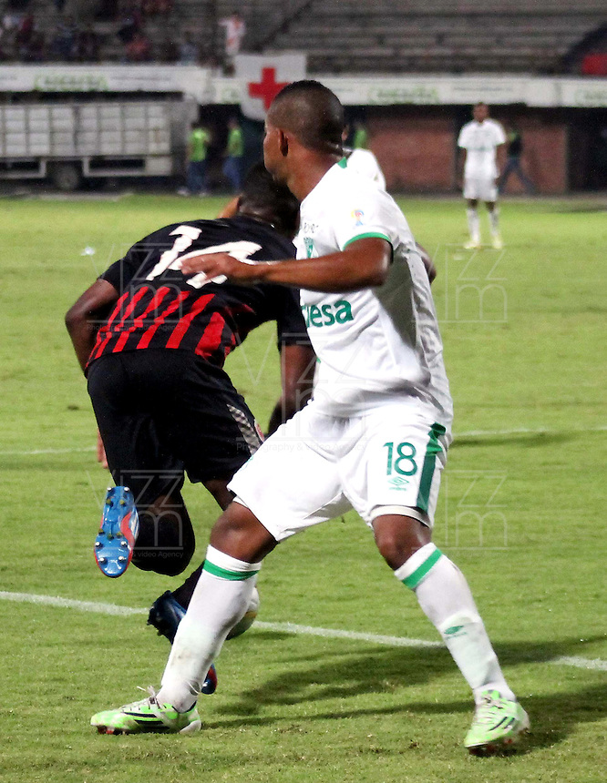 CUCUTA - COLOMBIA -08 -03-2015: Jose Lloreda (Izq.) jugador de Cucuta Deportivo disputa el balón con Frank Fabra (Der.) jugador de Deportivo Cali, durante partido entre Cucuta Deportivo y Deportivo Cali por la fecha 8 de la Liga Aguila I-2015, jugado en el estadio General Santander de la ciudad de Cucuta.  / Jose Lloreda (L) player of Cucuta Deportivo vies for the ball with con Frank Fabra (R) player of Deportivo Cali, during a match between Cucuta Deportivo and Deportivo Cali for the date 8 of the Liga Aguila I-2015 at the General Santander Stadium in Cucuta city, Photo: VizzorImage / Manuel Hernandez / Str.
