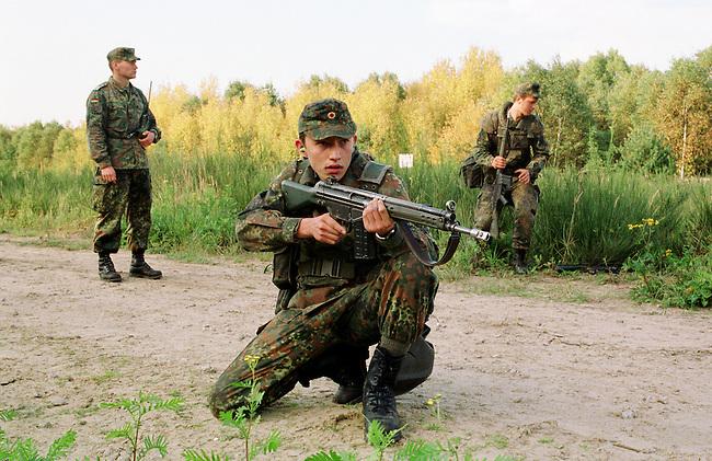 Rekruten der 2. Kompanie des Jaegerbatallions 1 BERLIN bei der Grundausbildung. Die Rekruten werden im Hinblick auf den ab Mai 2001 bevorstehenden Einsatz im Kosovo im Rahmen der KFOR ausgebildet. Unter ihnen befinden sich einige Soldaten, die nicht in Deutschland geboren wurden und die deutsche Staatsangehoerigkeit angenommen haben.<br /> Hier: Rekruten bei einem simulierten Streifengang. Vorne: Alexander Bader, 20jaehriger Russlanddeutscher aus Kasachstan.<br /> 18.10.2000, Berlin<br /> Copyright: Christian-Ditsch.de<br /> [Inhaltsveraendernde Manipulation des Fotos nur nach ausdruecklicher Genehmigung des Fotografen. Vereinbarungen ueber Abtretung von Persoenlichkeitsrechten/Model Release der abgebildeten Person/Personen liegen nicht vor. NO MODEL RELEASE! Nur fuer Redaktionelle Zwecke. Don't publish without copyright Christian-Ditsch.de, Veroeffentlichung nur mit Fotografennennung, sowie gegen Honorar, MwSt. und Beleg. Konto: I N G - D i B a, IBAN DE58500105175400192269, BIC INGDDEFFXXX, Kontakt: post@christian-ditsch.de<br /> Bei der Bearbeitung der Dateiinformationen darf die Urheberkennzeichnung in den EXIF- und  IPTC-Daten nicht entfernt werden, diese sind in digitalen Medien nach &sect;95c UrhG rechtlich gesch&uuml;tzt. Der Urhebervermerk wird gemaess &sect;13 UrhG verlangt.]