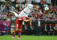 FUSSBALL  EUROPAMEISTERSCHAFT 2012   VIERTELFINALE Tschechien - Portugal              21.06.2012 Bruno Alves (oben, Portugal) gegen Milan Baros (unten, Tschechische Republik)