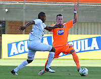 ENVIGADO-COLOMBIA, 01-10-2019: Santiago Jiménez de Envigado F. C. y Elvis Mosquera de Once Caldas disputan el balón durante partido entre Envigado F. C. y Once Caldas de la fecha 14 por la Liga Águila II 2019, en el estadio Polideportivo Sur de la ciudad de Envigado. / Santiago Jimenez of Envigado F. C. and Elvis Mosquera of Once Caldas fight for the ball, during a match between Envigado F. C. and Once Caldas of the 14th date for the Aguila Leguaje II 2019 at the Polideportivo Sur stadium in Envigado city. Photo: VizzorImage / León Monsalve / Cont.