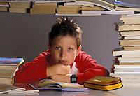 Ragazzo con libri di scuola, preparazione agli esami.Student with school books, preparing exams