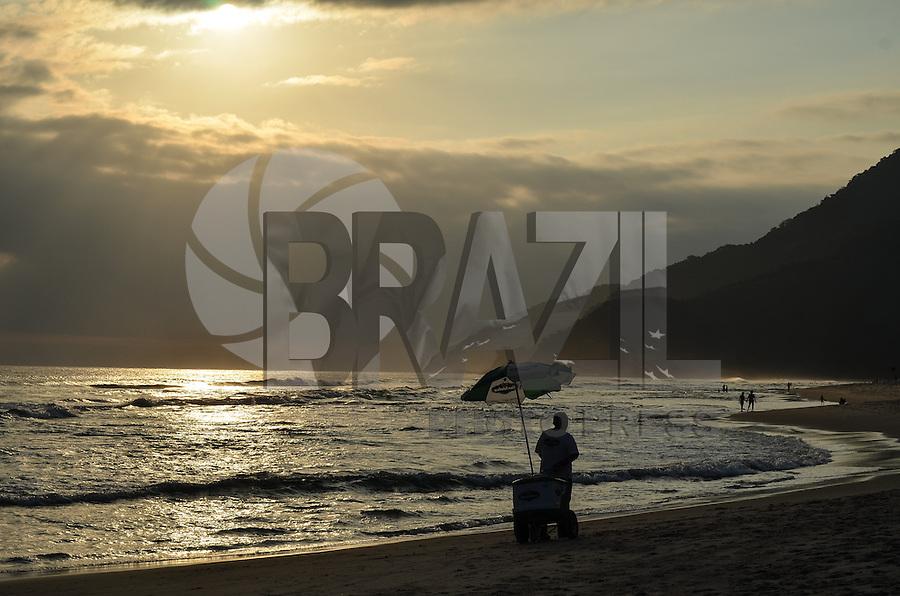 ATENCAO EDITOR IMAGEM EMBARGADA PARA VEICULOS INTERNACIONAIS - SAO SEBASTIAO, SP, 24 DEZEMBRO 2012 - Pessoas passeiam na praia de Maresias, Sao Sebastiao, litoral norte de Sao Paulo, no fim da tarde desta segunda feira, 24.. (FOTO: ALEXANDRE MOREIRA / BRAZIL PHOTO PRESS).