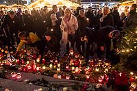 Nach einem Gedenkgottesdienst in der Kaiser Wilhelm-Gedaechtniskirche am Mittwoch den 19. Dezember 2018, dem 2. Jahrestag des Terroranschlag durch den islamistischen Terroristen Anis Amri auf den Weihnachtsmarkt am Berliner Breitscheidplatz am 19. Dezember 2016, gingen die Gottesdienstteilnehmer zur Gedenkstaette vor der Kirche. Sie stellten Friedenslichter auf und legten Blumen nieder.<br /> 19.12.2018, Berlin<br /> Copyright: Christian-Ditsch.de<br /> [Inhaltsveraendernde Manipulation des Fotos nur nach ausdruecklicher Genehmigung des Fotografen. Vereinbarungen ueber Abtretung von Persoenlichkeitsrechten/Model Release der abgebildeten Person/Personen liegen nicht vor. NO MODEL RELEASE! Nur fuer Redaktionelle Zwecke. Don't publish without copyright Christian-Ditsch.de, Veroeffentlichung nur mit Fotografennennung, sowie gegen Honorar, MwSt. und Beleg. Konto: I N G - D i B a, IBAN DE58500105175400192269, BIC INGDDEFFXXX, Kontakt: post@christian-ditsch.de<br /> Bei der Bearbeitung der Dateiinformationen darf die Urheberkennzeichnung in den EXIF- und  IPTC-Daten nicht entfernt werden, diese sind in digitalen Medien nach &sect;95c UrhG rechtlich geschuetzt. Der Urhebervermerk wird gemaess &sect;13 UrhG verlangt.]
