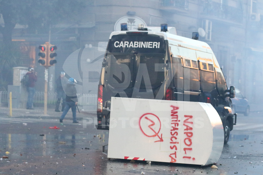NAPOLI, ITALIA, 11.03.2017 - PROTESTO-ITALIA - Manifestantes entram em confronto com a policia durante ato anti-Salvini em Napoli na Italia neste sábado, 11. (Foto: Salvatore Esposito/Brazil Photo Press)