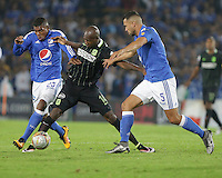 BOGOTA - COLOMBIA -31 - 03 - 2016: Elkin Blanco (Izq.) y Andres Cadavid (Der.) jugadores de Millonarios disputan el balón con Victor Ibarbo (Cent.) jugador de Atletico Nacional, durante partido aplazado de la fecha 9 entre Millonarios Atletico Nacional, de la Liga Aguila I-2016, jugado en el estadio Nemesio Camacho El Campin de la ciudad de Bogota.   / Elkin Blanco (R) and Andres Cadavid (R) players of Millonarios vies for the ball with Victor Ibarbo (C) player of Atletico Nacional, during a postponed match between Millonarios and Atletico Nacional,  for the date 9 of the Liga Aguila I-2016 at the Nemesio Camacho El Campin Stadium in Bogota city, Photo: VizzorImage / Ivan Valencia / Cont.