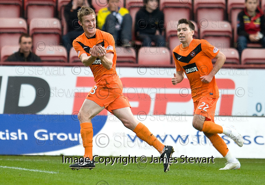 DUNDEE UTD'S PAUL DIXON CELEBRATES AFTER HE SCORES UNITED'S FIRST