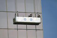 - Paris, skyscraper in the Defense district, platform for glasses washing ....- Parigi, grattacielo nel quartiere della Defense, piattaforma per il lavaggio dei vetri