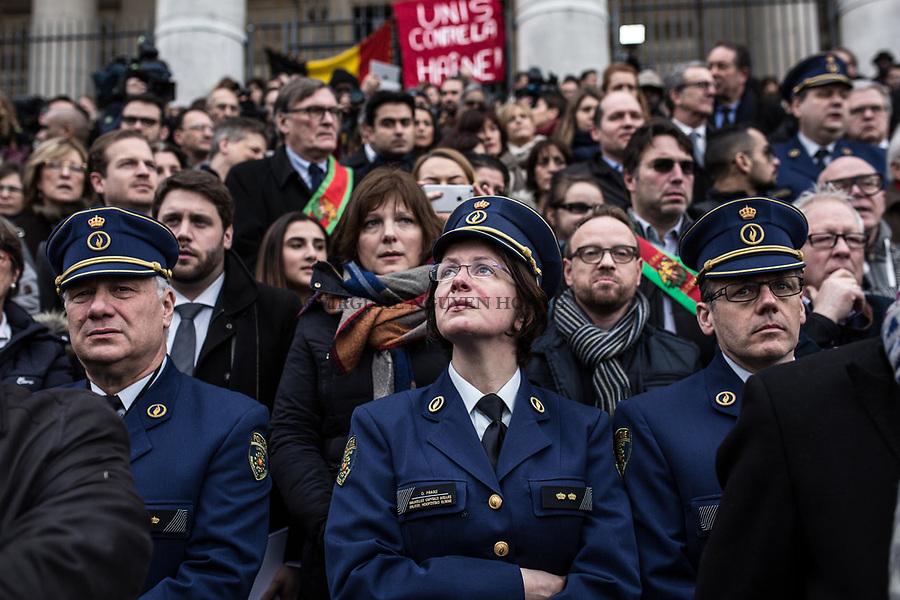 BRUXELLES, Belgique: Une officière en larme juste après la minute de silence qui a  été observée à 12h à la Bourse de Bruxelles , le 23 mars 2016. 31 personnes sont mortes et 300 ont été blessées dans les attentats commis à Zaventem et dans la station du métro bruxellois Maelbeek, selon le dernier bilan du Centre de crise. Dans le centre de Bruxelles, des centaines de personnes se rassemblent en commemoration aux victimes.