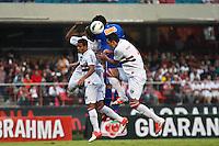 ATENÇÃO EDITOR: FOTO EMBARGADA PARA VEÍCULOS INTERNACIONAIS SÃO PAULO,SP,23 SETEMBRO 2012 - CAMPEONATO BRASILEIRO - SÃO PAULO x CRUZEIRO - jogadores do São Paulo  durante partida São Paulo x Cruzeiro  válido pela 26º rodada do Campeonato Brasileiro no Estádio Cicero Pompeu de Toledo  (Morumbi), na região sul da capital paulista na tarde deste domingo (23). (FOTO: ALE VIANNA -BRAZIL PHOTO PRESS).