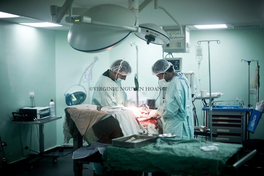 GAZA: Surgeons are doing a cesarienne as the mother was suffering of stress disorder and couldn't give birth naturally.<br /> <br /> GAZA: Des chirurgiens font une cesarienne &agrave; une m&egrave;re qui souffrait d'un syndrome de stress et ne pouvait pas donner naissance naturellement.
