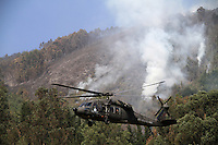 COTA-COLOMBIA-12-01-2013.Helicópteros de la Fuerza Aérea  de Colombia lanzan agua sobre el incendio forestal en los cerros.Helicopters Colombia Air Force throw water on the forest fire in the hills... (Photo:VizzorImage/Felipe Caicedo).