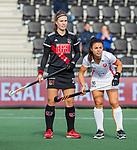 AMSTELVEEN - Michelle Fillet (Adam) met Marlena Rybacha (OR)   tijdens de hoofdklasse hockeywedstrijd dames,  Amsterdam-Oranje Rood (2-2) .   COPYRIGHT KOEN SUYK