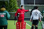 AMSTELVEEN - keeper Jan de Wijkerslooth (Adam) krijgt een gele kaart en ruilt bij een strafcorner zijn uitrusting met Justin Reid-Ross (Adam)   tijdens de hoofdklasse competitiewedstrijd heren, AMSTERDAM-ROTTERDAM (2-2). . COPYRIGHT KOEN SUYK