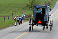 4415 / Schulweg: AMERIKA, VEREINIGTE STAATEN VON AMERIKA,PENNSYLVANIA,  (AMERICA, UNITED STATES OF AMERICA), 14.09.2006: Amisch, Amish Kinder, Schulweg, die Amisch Kinder gehen auf eine eigene Schule, Scouter, Roller, Buggy, die Kinder werden mit dem Buggy von der Schule abgeholt