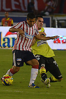 BARRANQUIILLA -COLOMBIA-01-09-2013. Michael Javier Ortega (I) del Junior disputa el balón con Alejandro Bernal (D) del Nacional en partido válido por la fecha 8 de la Liga Postobón II 2013 jugado en el estadio Metropolitano de la ciudad de Barranquilla./ Junior player Michael Javier Ortega (L) fights for the ball with Nacional player Alejandro Bernal (R) during match valid for the 8th date of the Postobon League II 2013 played at Metropolitano stadium in Barranquilla city.  Photo: VizzorImage/Alfonso Cervantes/STR